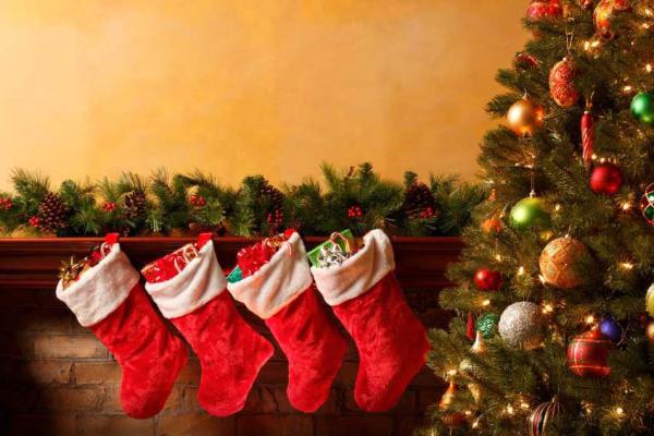 Immagine di Natale: addobbi natalizi con calze di Natale