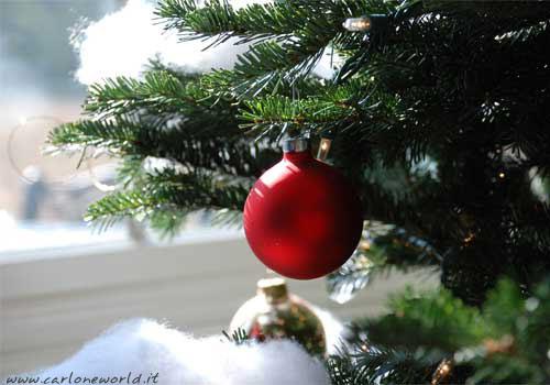Albero di Natale con addobbo natalizio