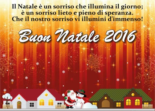 Buon Natale 2016 con il sorriso. Bella immagine di buon Natale 2016 con dolce frase d'auguri: il Natale e' un sorriso che illumina il giorno; e' un sorriso lieto e pieno di speranza. Che il nostro sorriso vi illumini d'immenso!
