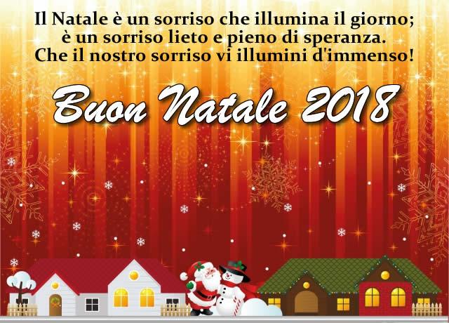 Buon Natale 2018 con il sorriso. Bella immagine di buon Natale 2018 con dolce frase d'auguri: il Natale e' un sorriso che illumina il giorno; e' un sorriso lieto e pieno di speranza. Che il nostro sorriso vi illumini d'immenso!