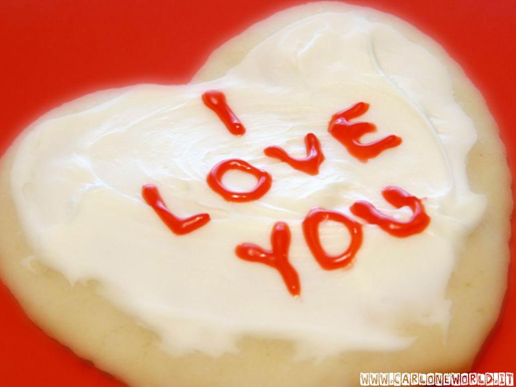Torta a forma di cuore, con scritta I Love You
