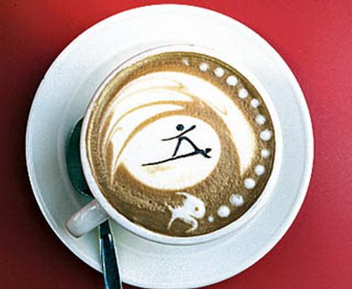 Foto di un cappuccino con bellissima e divertente decorazione - Cappuccino con Surfista