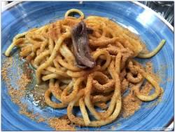 Spaghetti con le acciughe e la mollica di pane tipiche di Ortigia